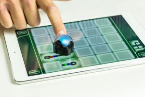 Миниатюрный робот Ozobot использует экран планшета как игровую площадку