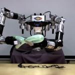 Робот делает фигурки из воздушных шариков
