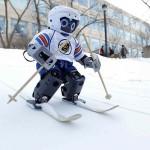 Робота научили кататься на лыжах
